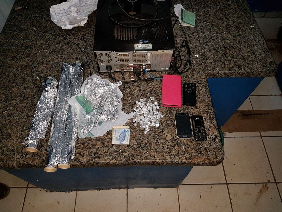Droga foi apreendida e levada à delegacia local (Foto: PM/Divulgação)