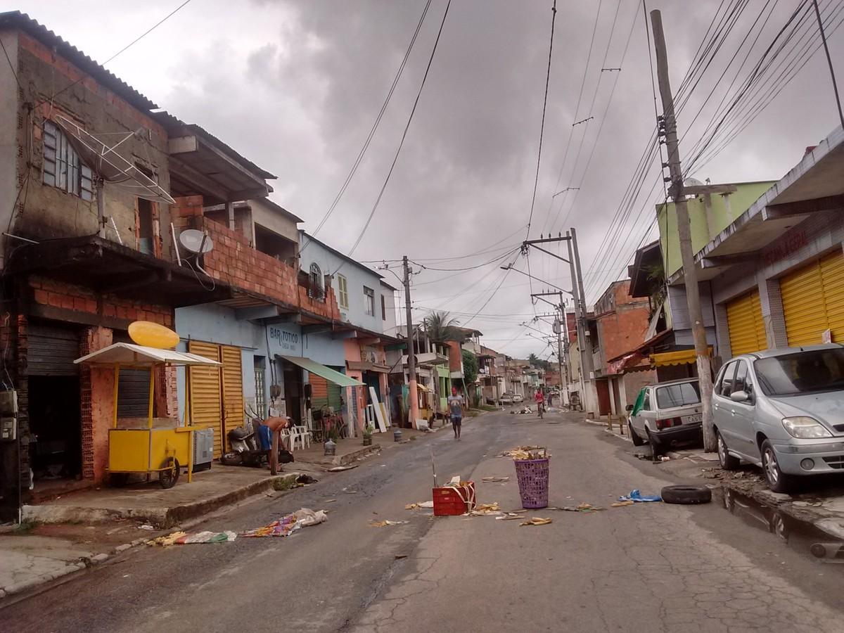 Moradores do Jacaré, em Cabo Frio, RJ, interditam rua para cobrar melhorias na rede de esgoto