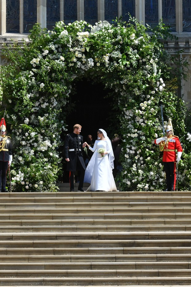 WINDSOR, UNITED KINGDOM - MAY 19: Britain's Prince Harry, Duke of Sussex and his wife the Duchess of Sussex leave from the West Door of St George's Chapel, Windsor Castle, in Windsor on May 19, 2018 in Windsor, England. (Photo by  Ben Birchall - WPA Pool/ (Foto: Getty Images)