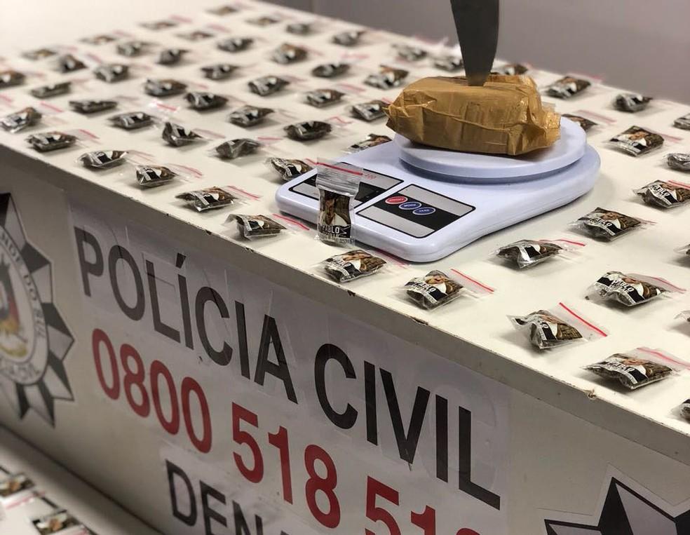 Segundo a polícia, havia 310 porções de maconha no local onde suspeito foi preso (Foto: Polícia Civil/Divulgação)