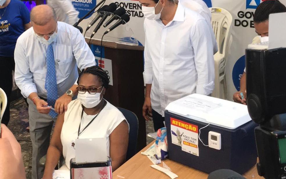 Enfermeira foi a primeira pessoa vacinada na Bahia — Foto: Itana Alencar/G1 Bahia
