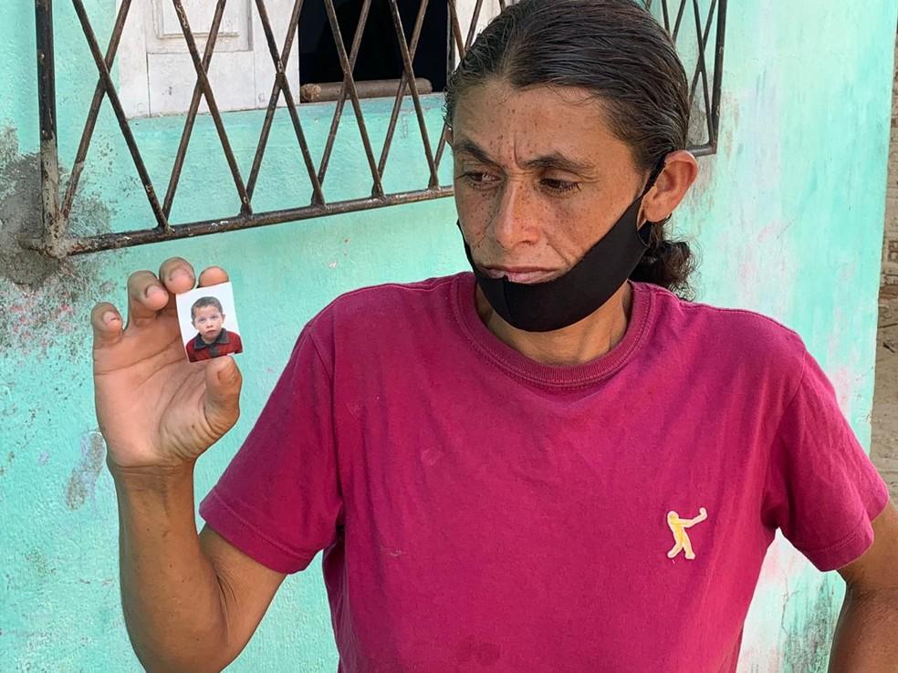 Ozenilda das Dores da Silva, de 36 anos, busca pelo filho de 8 anos desaparecido em Natal — Foto: Anna Alyne Cunha/Inter TV Cabugi
