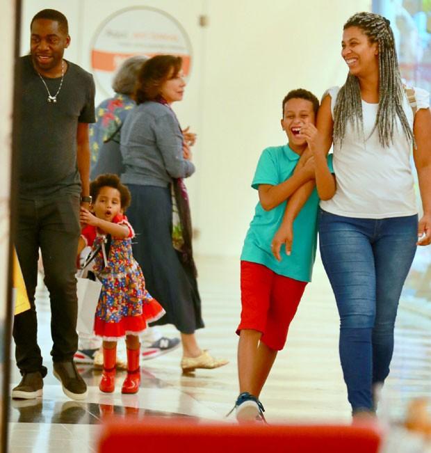 Lázaro Ramos e a filha, Maria Antônia (Foto: AgNews / Thiago Martins)