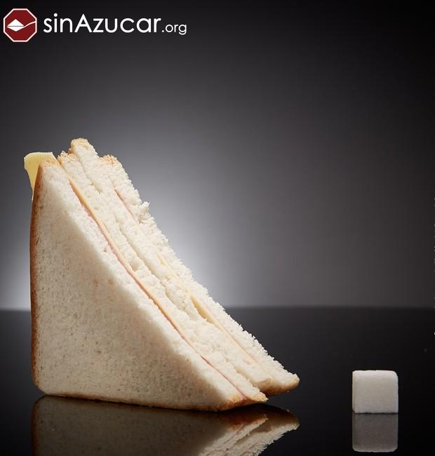 Um sanduíche feito de pão branco, presunto e muçarela contém 4,3 gramas de açúcar a cada 130 gramas (Foto: Sin Azucar/ Reprodução)