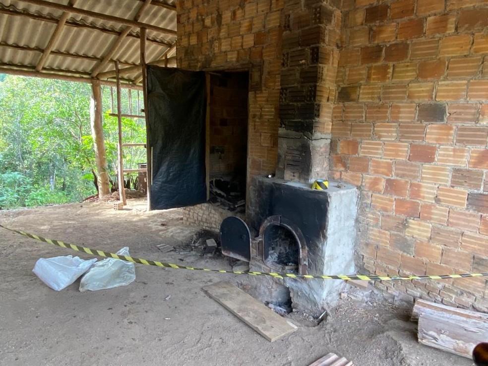 Fornalha que teria sido utilizada na queima do corpo da vítima, em Dom Feliciano — Foto: Polícia Civil/Divulgação
