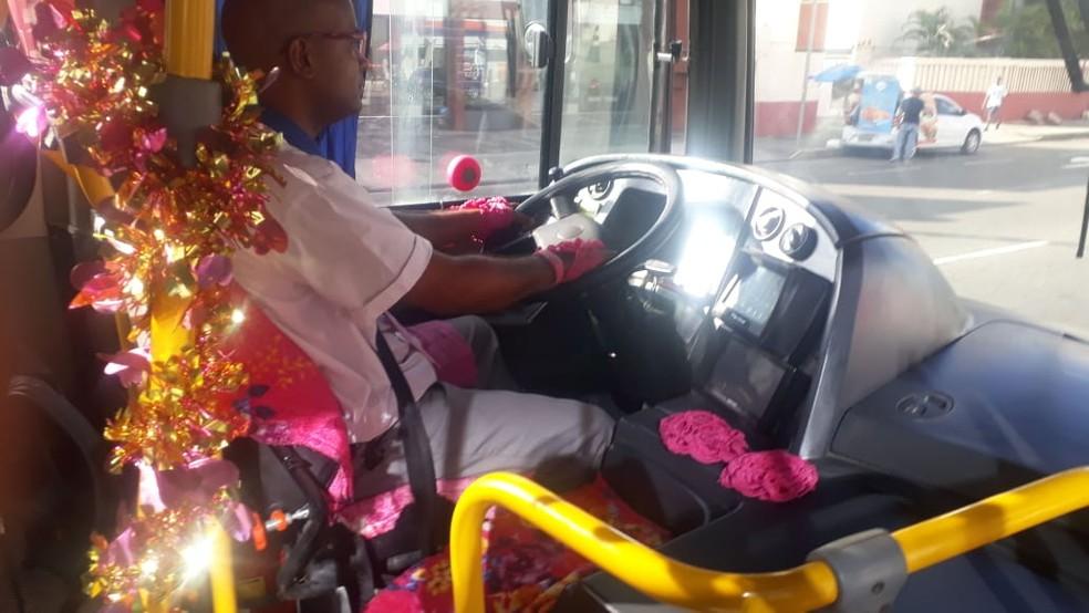 Motorista de ônibus decora veículo em Salvador — Foto: Andrea Silva/TV Bahia