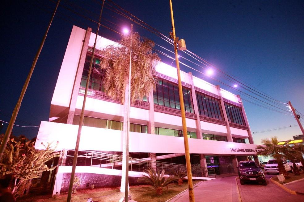 Prefeitura de Petrolina iluminada para alertar da campanha Outubro Rosa — Foto: Jonas Santos/ PMP