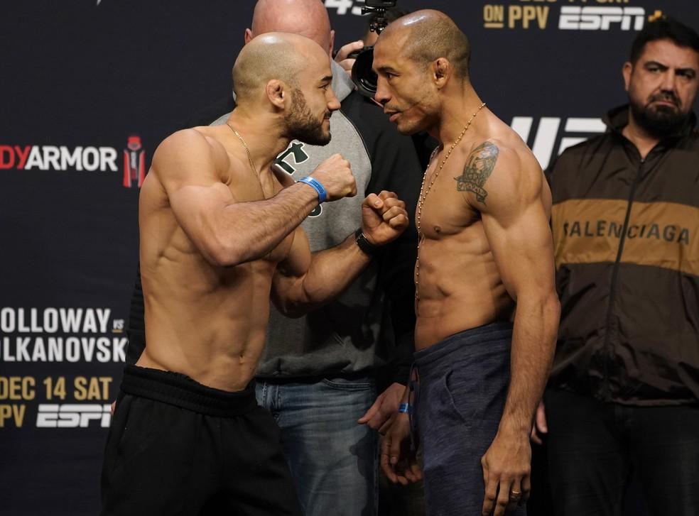 Marlon Moraes e José Aldo fazem uma encarada dura na pesagem cerimonial do UFC 245 — Foto: Getty Images
