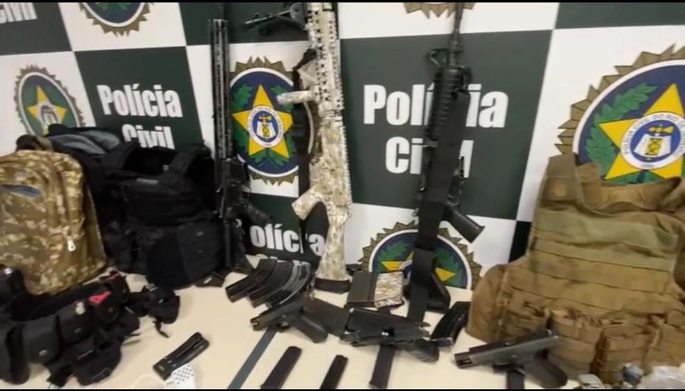 Fuzis, carregadores e coletes foram apreendidos com milicianos — Foto: Divulgação