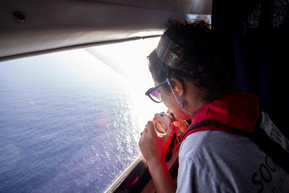 Pesquisadores sobrevoam a Bacia de Santos em busca de cetáceos — Foto: Divulgação/Socioambiental