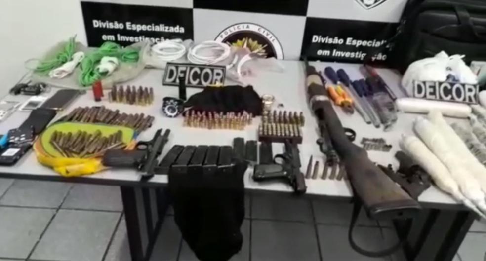 Armas e explosivos foram encontrados dentro de casa onde suspeitos morreram em Parnamirim (Foto: Divulgação/ Polícia Civil)