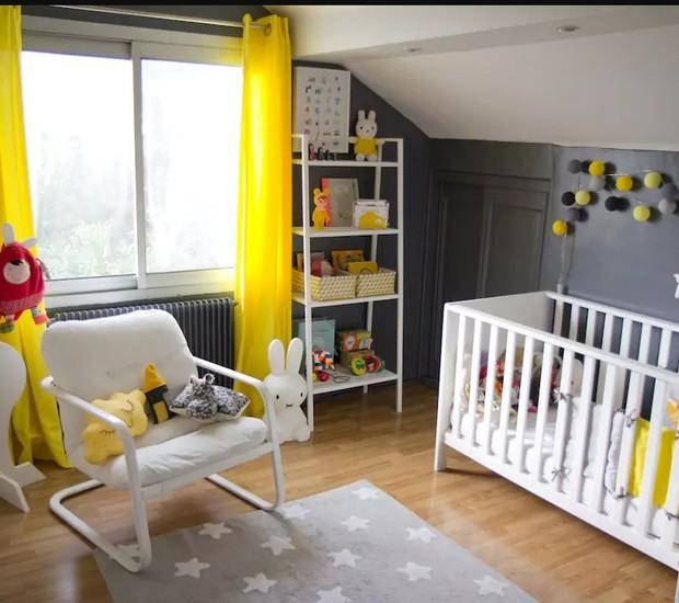 Para quem vai a Paris com um filho pequeno, essa casa conta com esse quarto em cinza e amarelo para o bebê e outro para um filho um pouco maior (Foto: Reprodução / Airbnb)