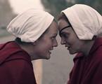 Elisabeth Moss e Madeline Brewer em 'The Handmaid's tale' | Divulgação