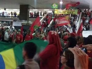 Manifestantes ocupam a escadaria da rodoviária do Plano Piloto, em Brasília (Foto: Isabella Formiga/G1)