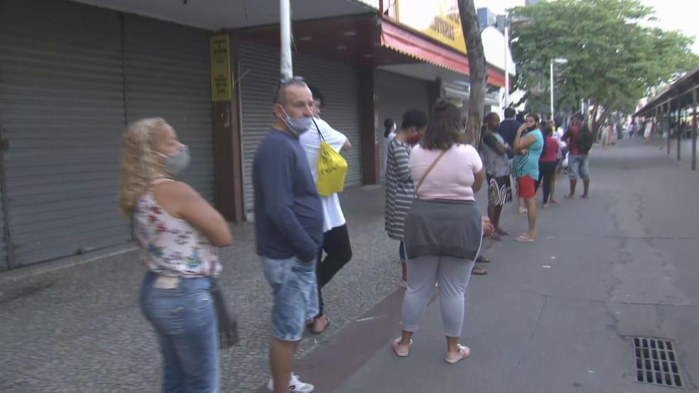 Fila da Caixa Econômica Federal em Bangu nesta segunda-feira (27) — Foto: Reprodução/TV Globo