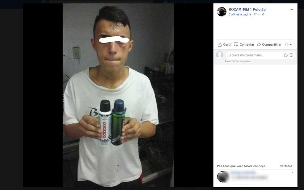 Foto publicada no Facebook atribuído a Rocam mostra jovem tatuado na testa detido com desodorantes furtados — Foto: Reprodução/Facebook