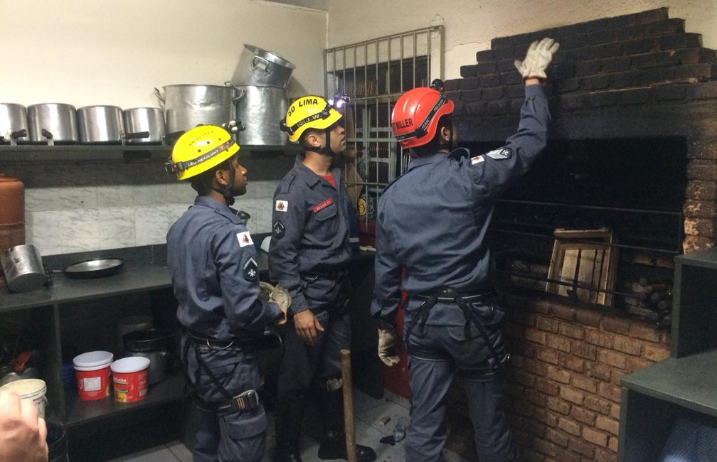 Corpo de Bombeiros resgatou homem preso em chaminé em Machado (MG) — Foto: Julio Cesar Pereira/Estação News