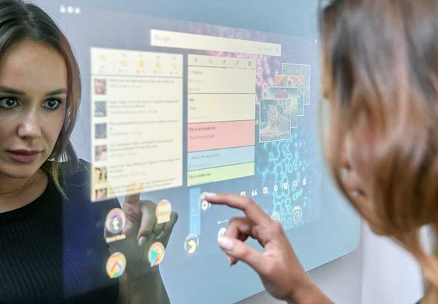 Embrace Smart Mirror funciona como um tablet ou celular: é possível ler notícias, chamar um Uber, assistir YouTube e navegar em outros apps. Você se sentiria confortável com um desses?  (Foto: Divulgação)