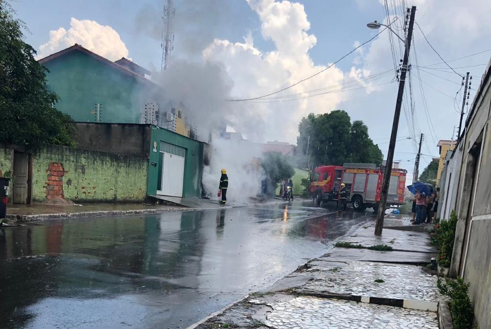 Bombeiros combatem incêndio em caixa de energia elétrica no centro de Araguaína - Notícias - Plantão Diário