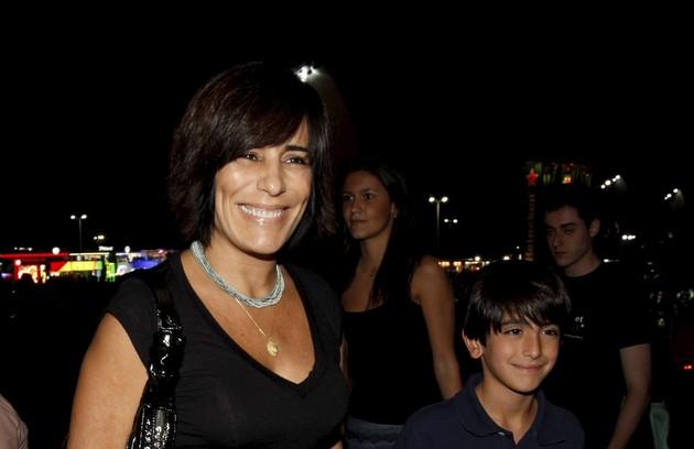 A atriz e o filho caçula Bento, hoje com 10 anos, em evento musical no Rio (Foto: Marcos Ramos)