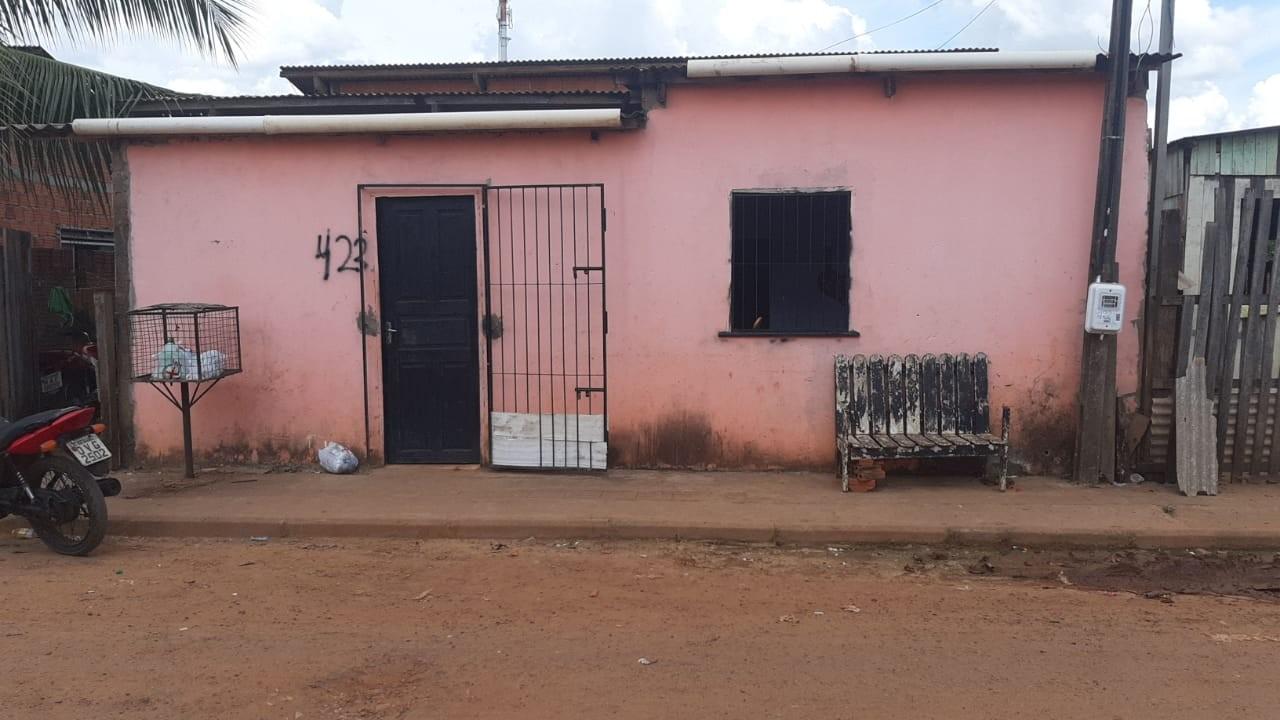 Mulher morre e três ficam feridos após dupla armada invadir casa em Rio Branco
