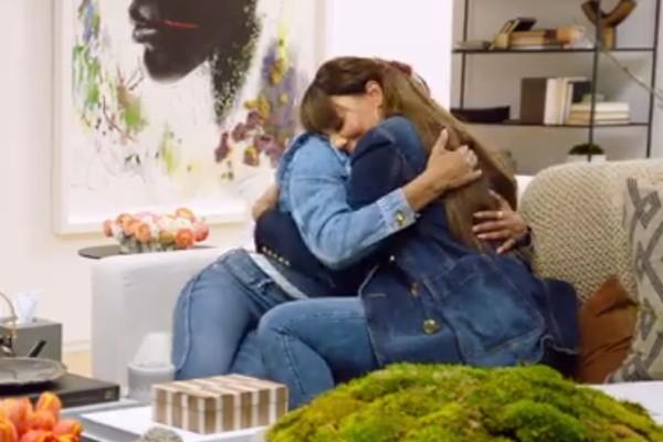 Tamar Braxton sendo abraçada por Taraji P. Henson após falar sobre sua tentantiva de suicídio (Foto: Facebook)