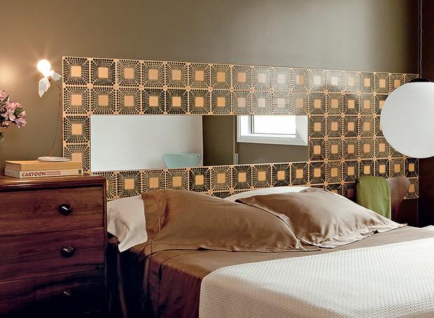 A cabeceira da casa do designer de interiores Sandro Brasil tem azulejos modernistas – no meio deles, há um espelho. Na cômoda, famosa luminária de Ingo Maurer (Foto: Edu Castello/Casa e Jardim)