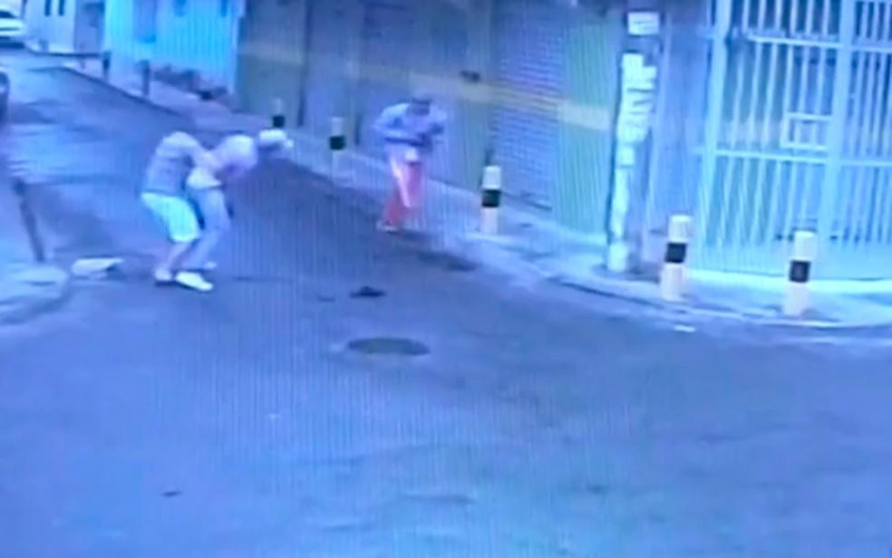 Vítima tentou usar um dos bandidos como escudo, mas acabou baleada (Foto: Reprodução/ TV Bahia)