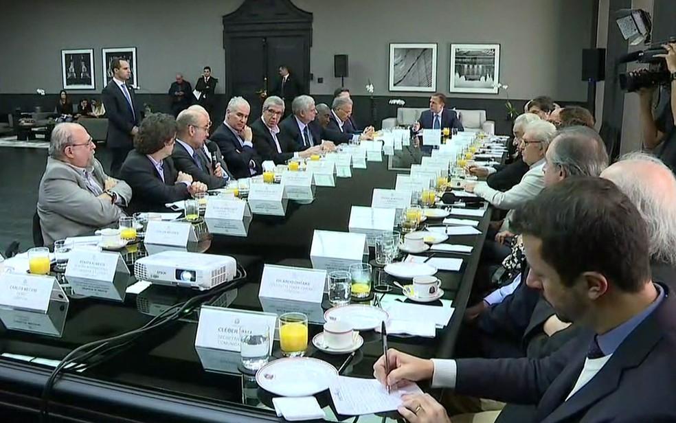 O governador João Doria (ao fundo) e os membros do conselho de cultura — Foto: TV Globo/Reprodução