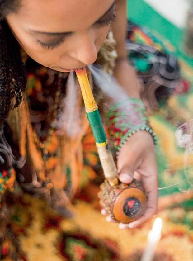 """Benzedeiras - """"Prefiro seguir as tradições e fazer como os antigos. Sou apegada aos rituais, ao cachimbo e às ervas"""" – Talita Lopes da Silva, 32 (Foto: Micaela Werneck)"""