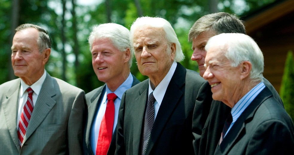 Ex-presidentes dos EUA George H.W. Bush (à esq.), Bill Clinton (de gravata vermelha) e Jimmy Carter (à dir.) posam com Billy Graham e Franklin Graham (Foto: Chris Keane/Reuters/File Photo)
