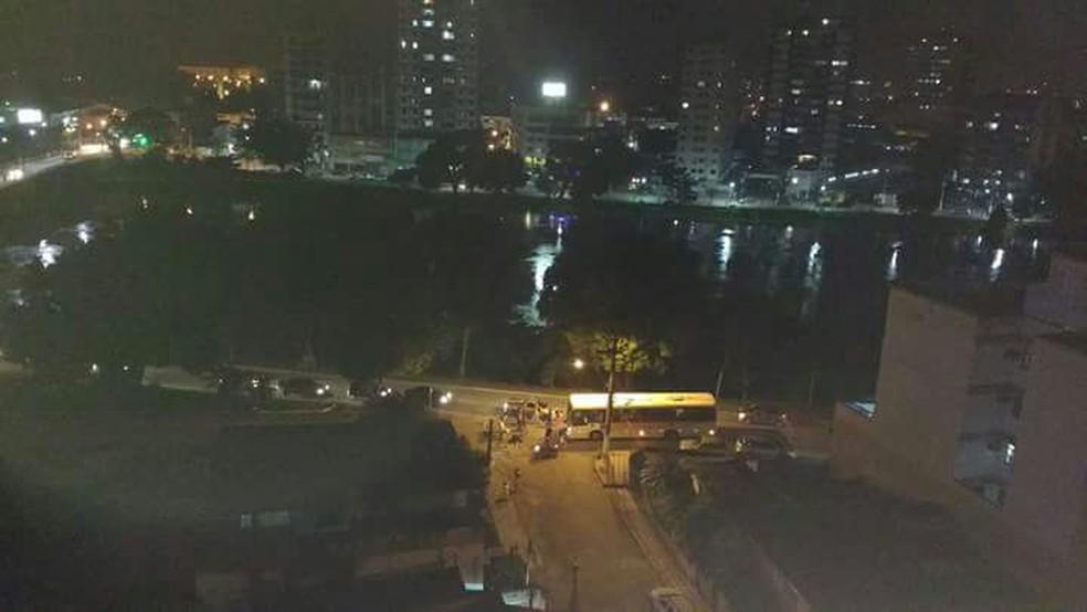 Motociclista morre ao ser atingido por ônibus em Resende (Foto: Reprodução/TV Rio Sul)