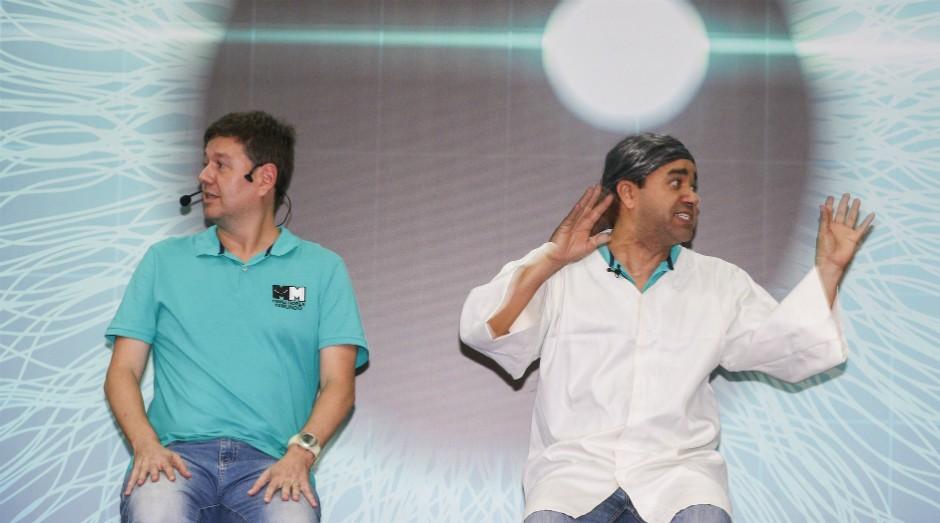 Victor Leal e Jovane Nunes, da companhia de comédia Os Melhores do Mundo, em um esquete durante a Feira do Empreendedor SP 2018 (Foto: Divulgação)
