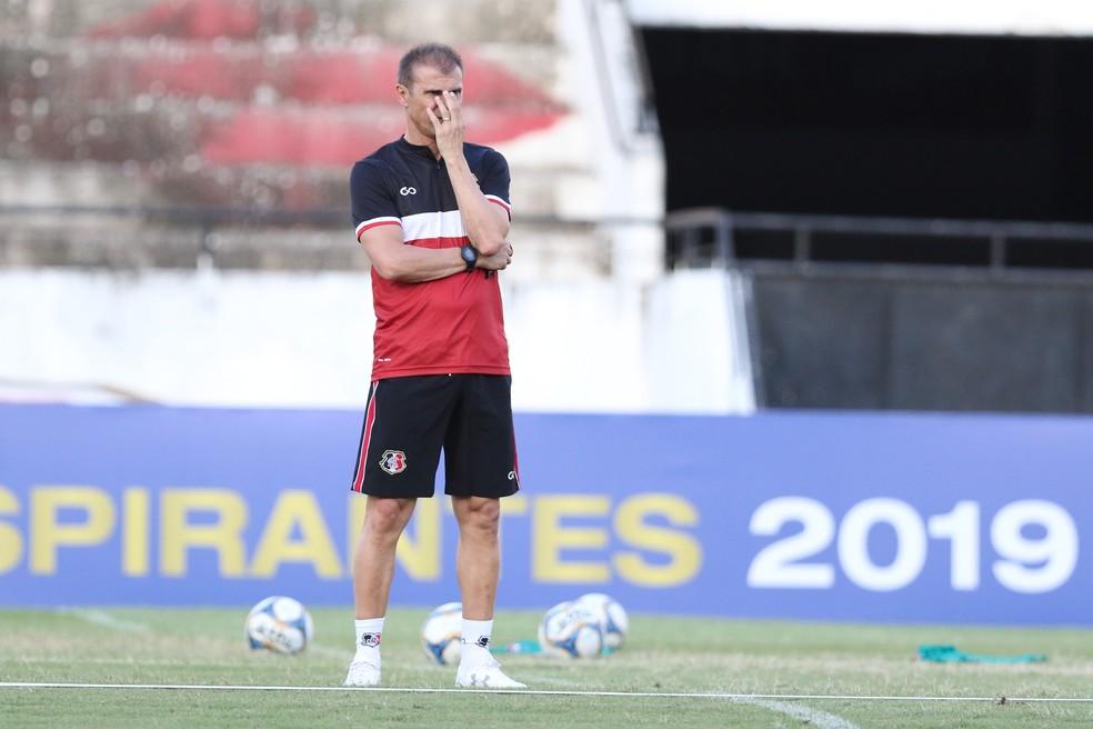 Milton Mendes durante treino do Santa Cruz — Foto: Marlon Costa/ Pernambuco Press