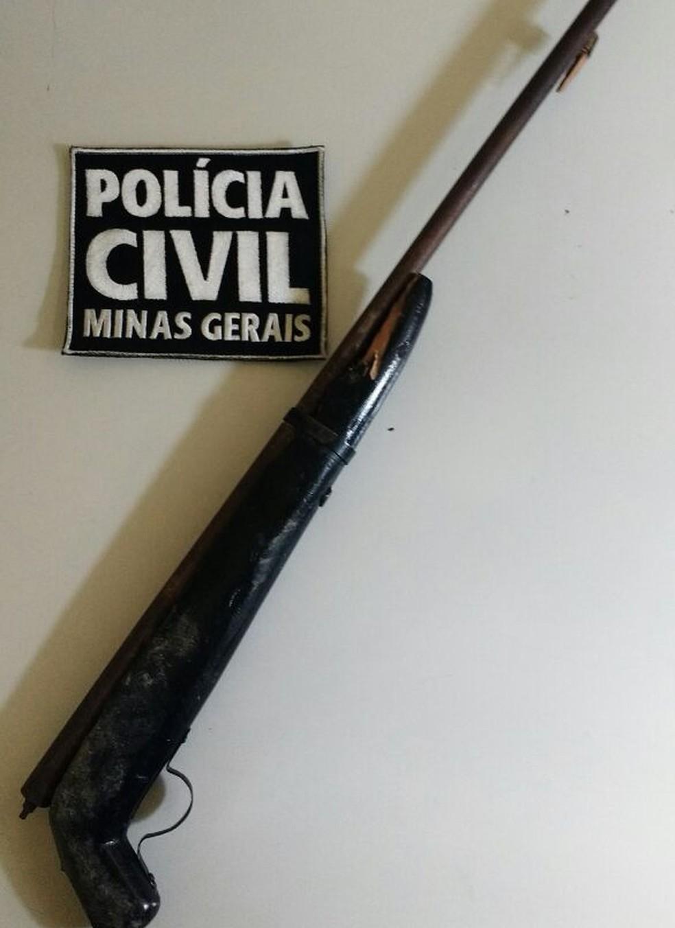 Arma foi entregue ao quartel da PM na noite desse domingo (Foto: Polícia Civil/Divulgação)
