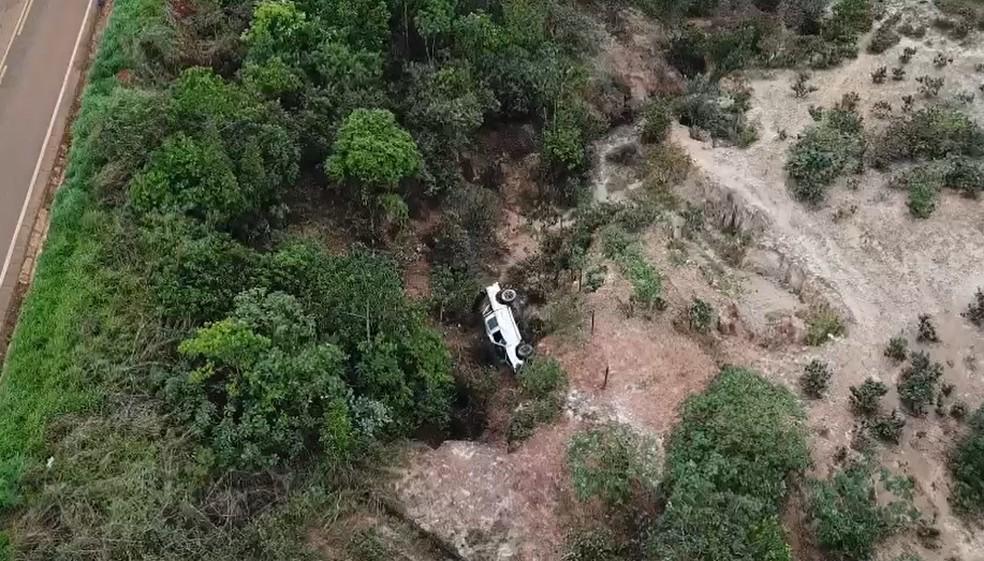 Veículo foi encontrado em ribanceira às margens da MG-190 entre Coromandel e Monte Carmelo — Foto: Imagens cedidas pela PM/Divulgação