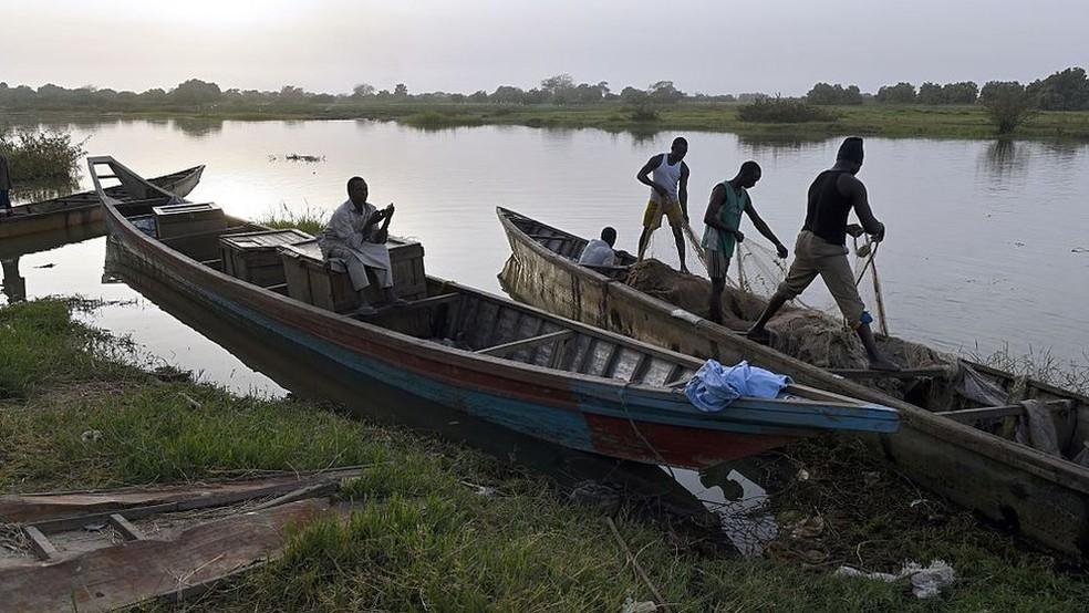 Lago chegou a ter mais de 130 espécies de peixes; a pescaria é uma das únicas fontes de renda e de alimentação para muitos que vivem perto dele — Foto: Getty Images