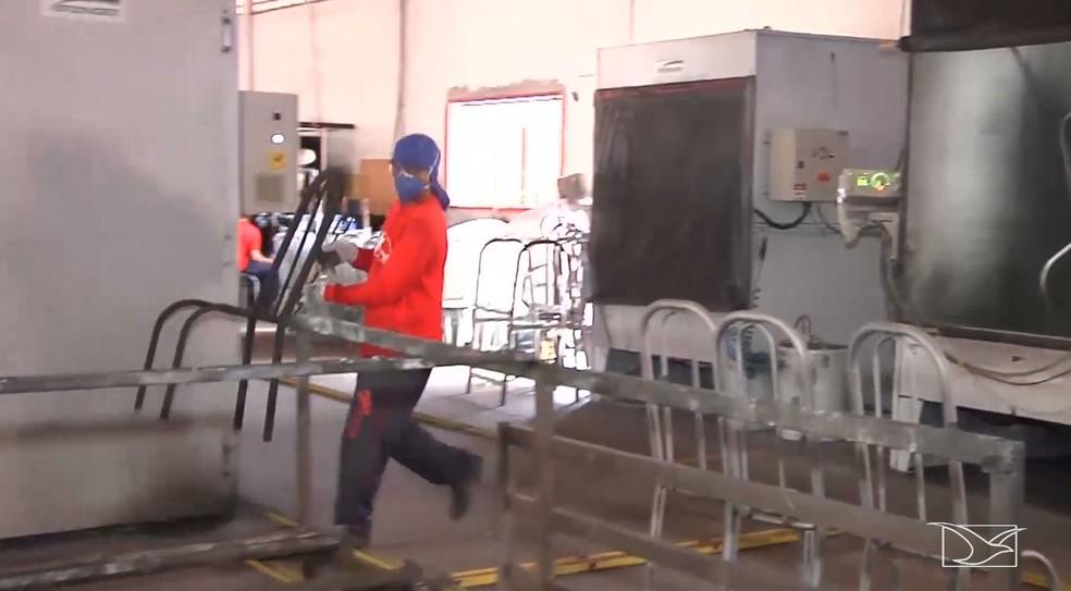 Indústria de transformação, que inclui os alimentícios, bebidas, roupas, papel e moveis, teve saldo de 172 vagas de empregos formais — Foto: Reprodução/TV Mirante