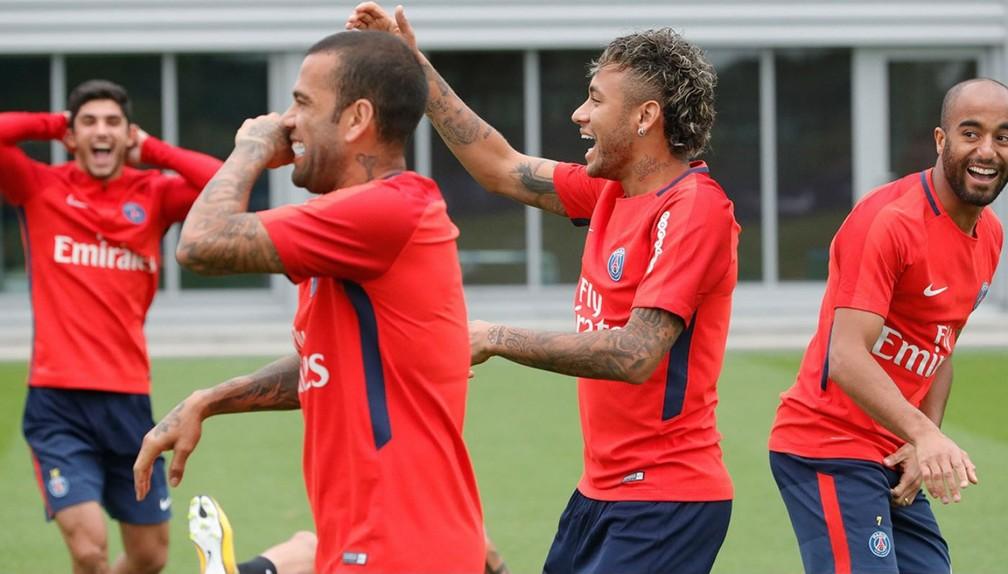 Neymar demonstra entrosamento com os brasileiros Daniel Alves e Lucas em seu primeiro treino como jogador do PSG (Foto: Divulgação)