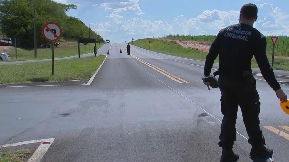 Acidente foi no trevo de acesso a Elisiário (SP) e matou duas pessoas — Foto: Reprodução/TV TEM