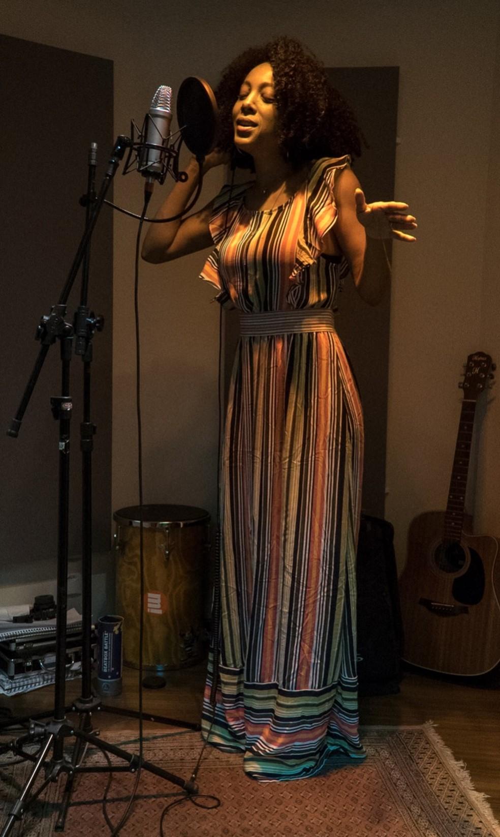 Negra Li em estúdio na gravação da música 'Strong woman' — Foto: Divulgação
