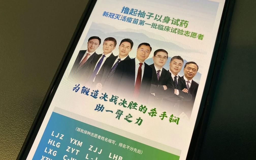 Foto usada em post da empresa SinoPharm mostra executivos que participaram de 'pré-teste' de candidata à vacina contra a Covid-19, em Pequim, na China — Foto: AP Photo/Ng Han Guan