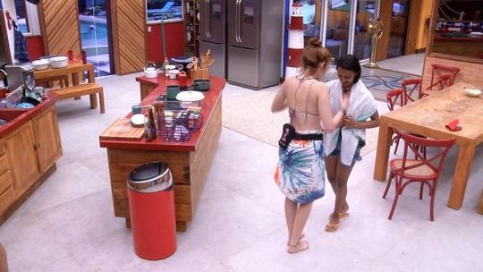 Ana Clara ensina Gleici a dançar sertanejo
