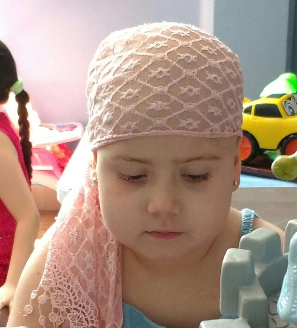 Júlia fará transplante com o pai 50% compatível (Foto: Arquivo Pessoal/Adriana Abrame)