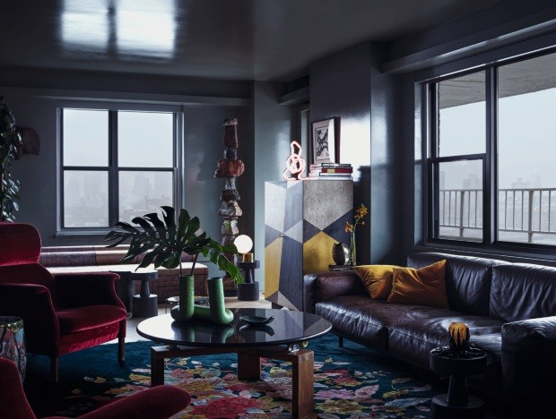 Azul profundo dá tom introspectivo a apartamento (Foto: Martyn Thompson)