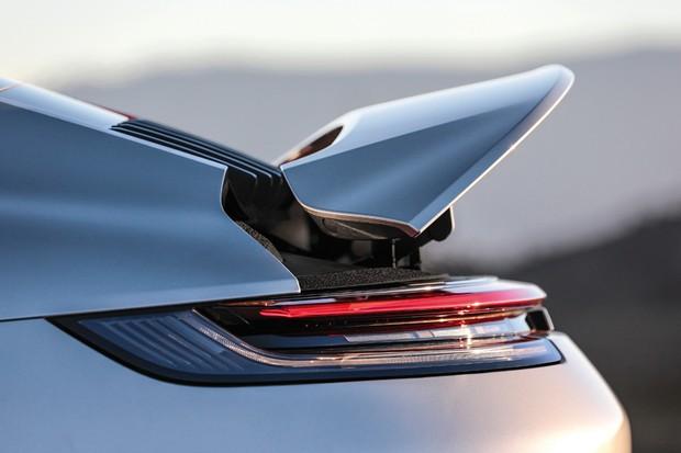 Spoiler tem duas opções de abertura e é acionado automaticamente acima dos 90 km/h (Foto: Divulgação)