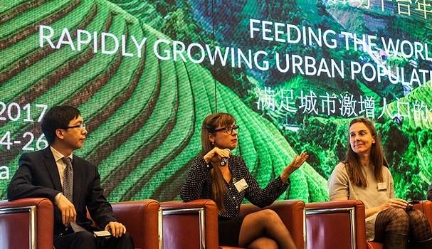 Giovana Baggio em talk na China (Foto: Divulgação)