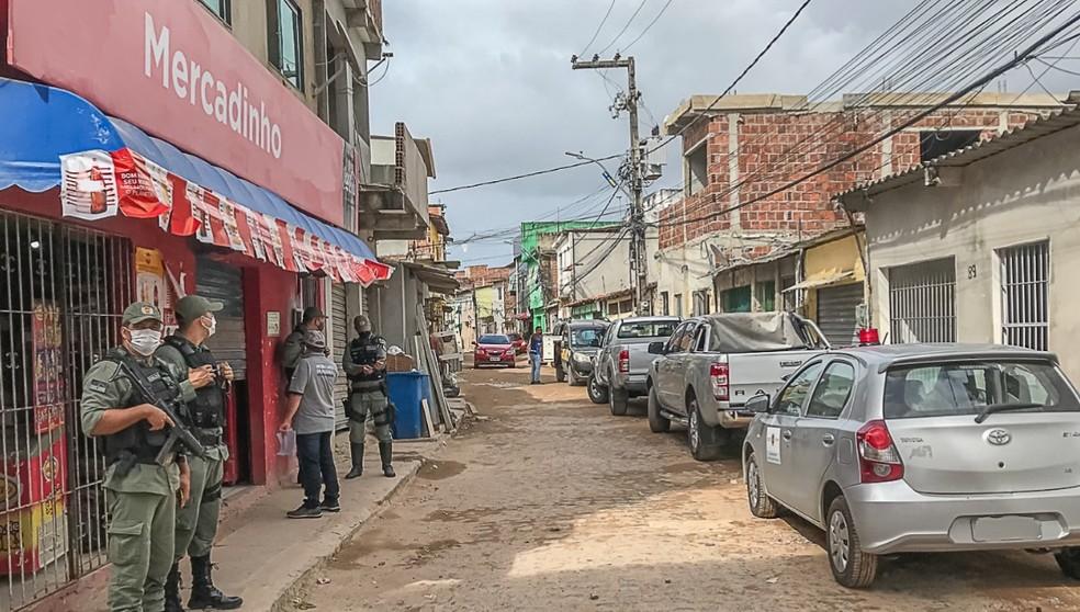 Policiais participaram de operação que interditou mercadinhos no Recife  — Foto: Secretaria da Fazenda/Divulgação