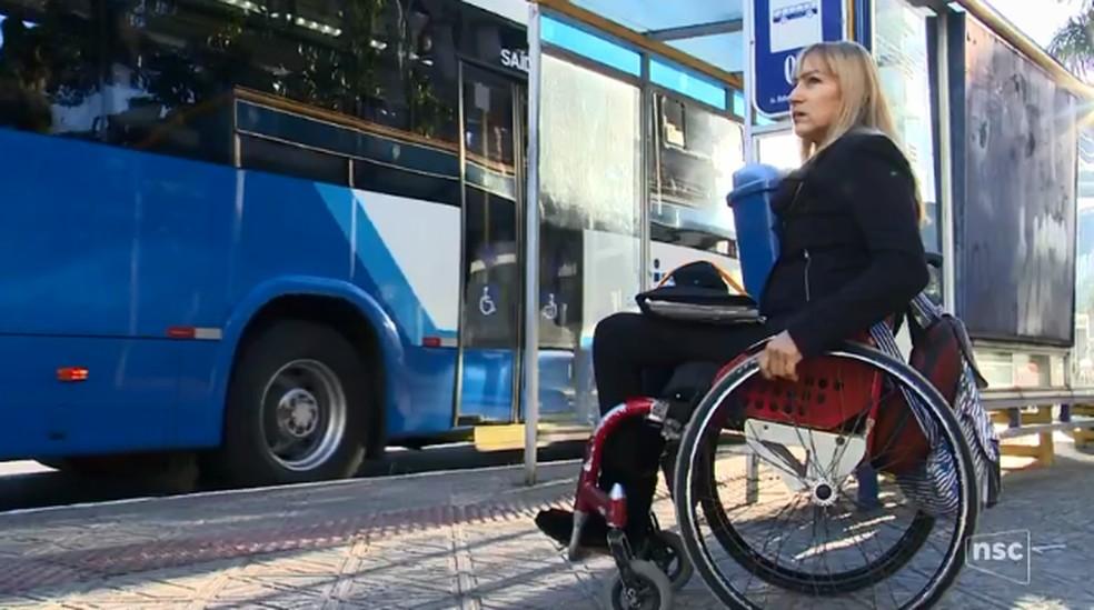 Cidades brasileiras não têm 100% do transporte público adaptado para cadeirantes (Foto: Reprodução/NSC TV)