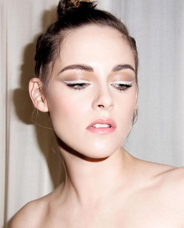 Kristen Stewart usou delineador branco com pérolas delicadas no Festival de Cannes deste ano (Foto: Reprodução/Instagram)